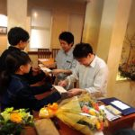 営業最後の日にカウンターで、シェフおまかせコースを食べた子供たちからサプライズの手紙をもらうシェフと高島